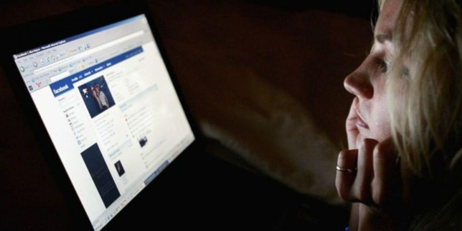 Estudio asegura que Facebook no es una amenaza mayor a las relaciones de pareja. Foto:Getty Images