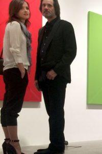 La pareja fue fotografíada en la galería Kayne Griffin Corcoran el pasado 10 de septiembre en Los Ángeles, en la presentación de una nueva instalación del artista Aaron Sandnes. Foto:Grosby Group