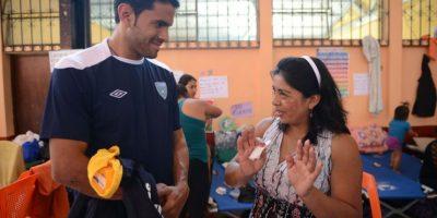 Los seleccionados compartieron con parte de los afectados por el deslave del viernes. Foto:Oliver De Ros