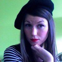 Cuando ella no se aventura a salir, se viste de negro Foto:Facebook/Zoë Wescott