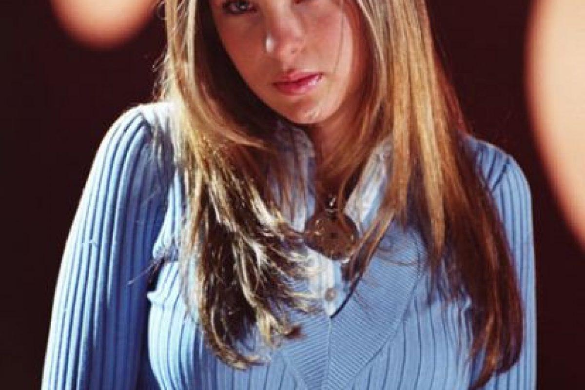 """Y este look es tan de comienzo de milenio. Suéter en V de lana más camisa abajo para verte como estudiante """"seria"""". Uy. Foto:vía Televisa"""