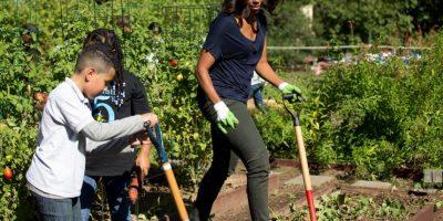 Michelle Obama recoge cosecha de la Casa Blanca acompañada de estudiantes
