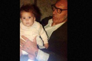 Cuando llegó a su casa y observó detenidamente las imágenes de la ecografía descubrió un rostro familiar que se encontraba besando a su bebé. Foto:vía Facebook