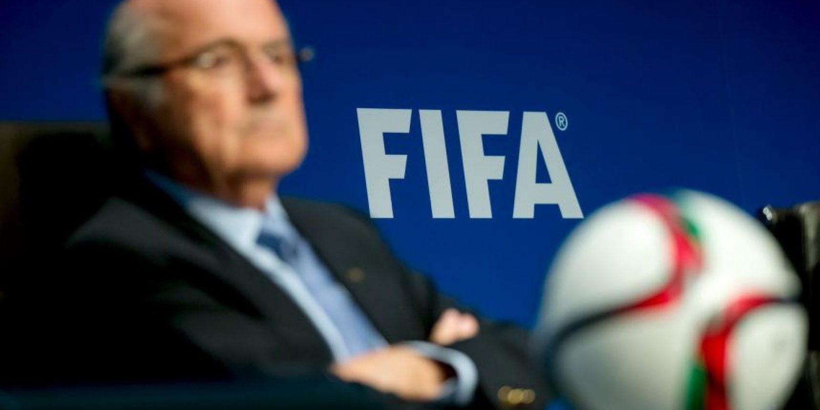 """En septiembre la televisión suiza difunde contratos que señalan a Blatter como uno de los responsables por la venta de los derechos de los Mundiales de 2010 y 2014 . Además, es acusado de hacerle un """"pago desleal"""" a Michel Platini por 1.8 millones de euros. Foto:Getty Images"""