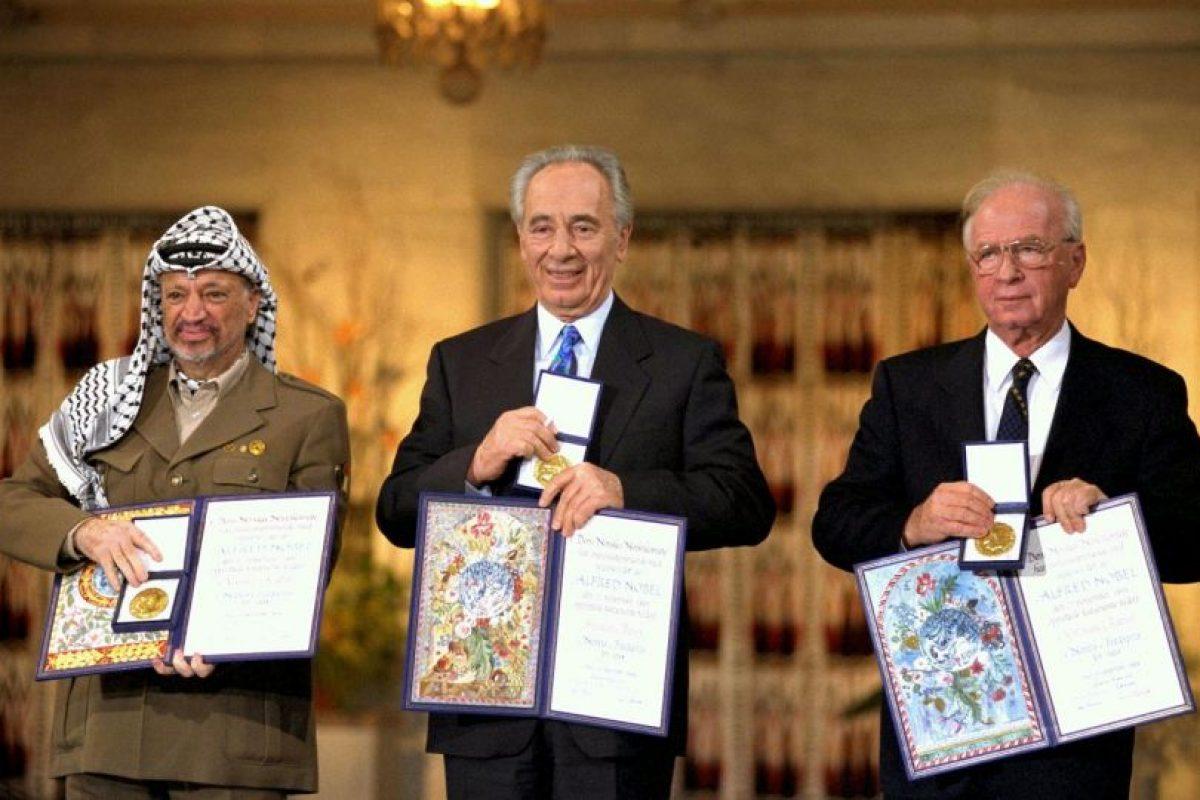 El líder palestino Yasser Arafat (I), el ministro de Relaciones Exteriores de Israel, Shimon Peres, (C) y el primer ministro israelí Yitzhak Rabin (D), recibieron el premio en 1994. Foto:Getty Images