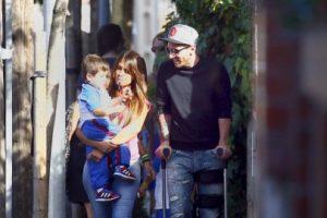 Lionel Messi apareció en Barcelona con muletas. Foto:Grosby Group