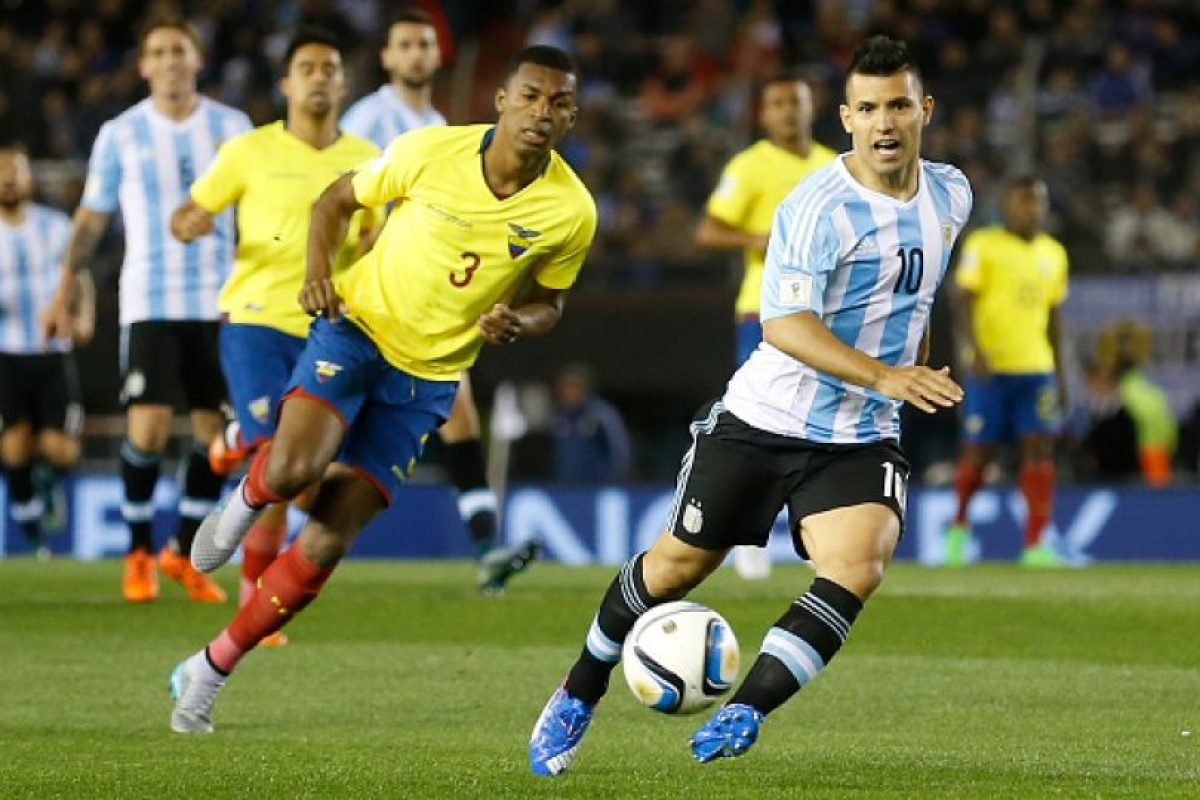 """El """"Kun"""" tuvo la oportunidad de llevar el """"10"""" de Lionel Messi, pero el gusto le duró poco pues se fue lesionado al minuto 23 del duelo entre Argentina y Ecuador y tuvo que ser reemplazado por Carlos Tévez. Foto:Getty Images"""