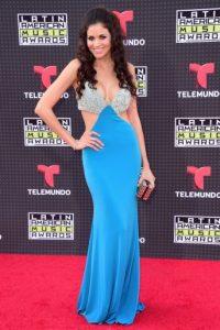 La actriz y cantante colombiana se robó todas las miradas con este vestido azul. Foto:Getty Images