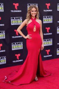 La mexicana Jessica Carrillo lució sus curvas con este vestido rojo Foto:Getty Images