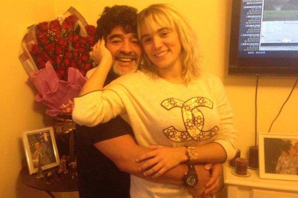 A Oliva le encanta compartir en redes sociales fotos en las que aparece con Maradona. Foto:Vía twitter.com/rogeraldineoliv