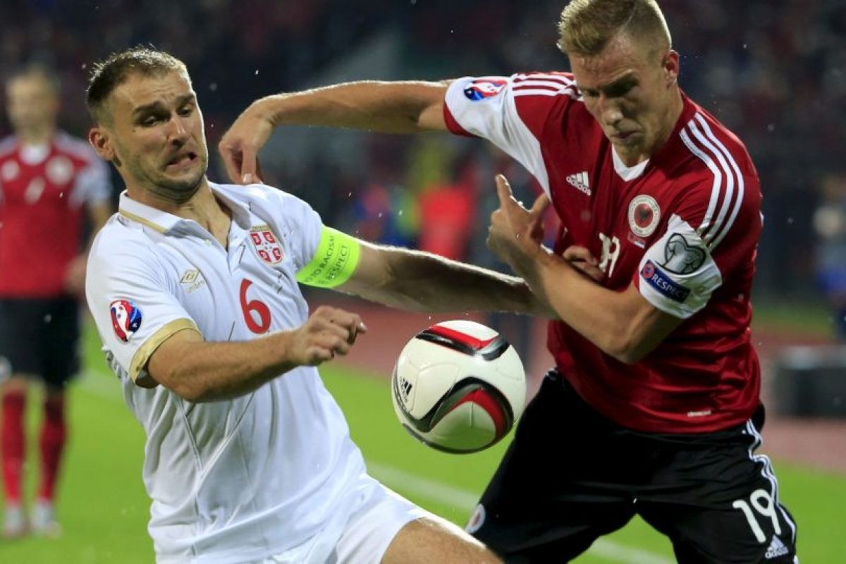 El defensa del Chelsea fue sustituido al minuto 65 del duelo entre Serbia y Albania por lesión en el tendón de la corva. Foto:Getty Images
