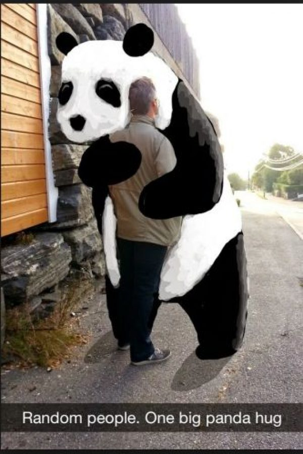 """Gente al Azar. Abrazo de un gran oso panda"" Foto:Snapchat"