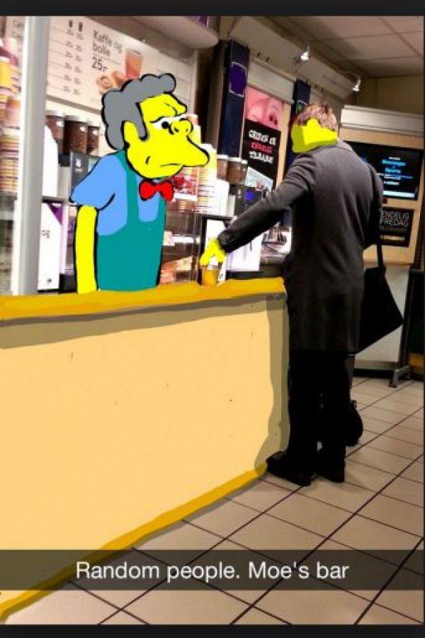 """""""Gente al azar. Bar de Moe"""" Foto:Snapchat"""