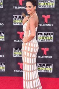Gaby Espino hubiese lucido mejor con un vestido más adaptable a su silueta y no con algo que la hacía ver como un intento de moda conceptual fallido.
