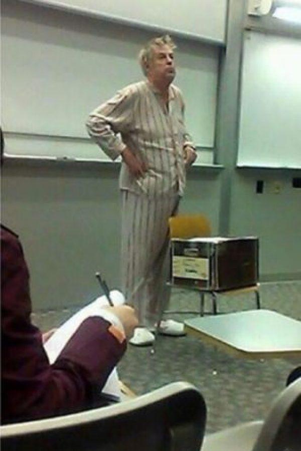 El prefiere asistir en pijama que llegar tarde. Foto:Imgur