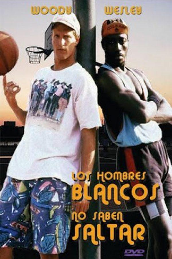 Billy Hoyle y su amigo afroamericano se ganan el pan practicando básquetbol callejero con quien quiera medir sus fuerzas contra ellos en los barrios de Los Ángeles Foto:Twentieth Century Fox