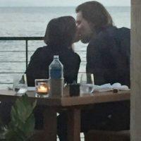 Incluso, puede observarse como ambos compartían besos y miradas románticas. Foto:The Grosby Group