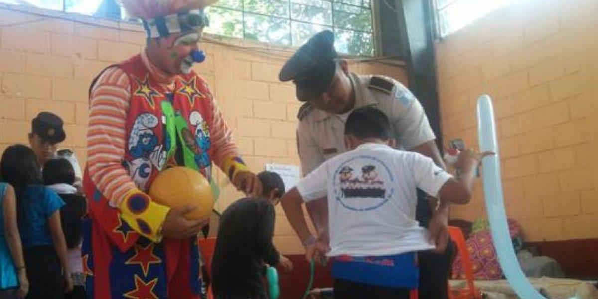 Agentes de la PNC demuestran su solidaridad con los niños de El Cambray
