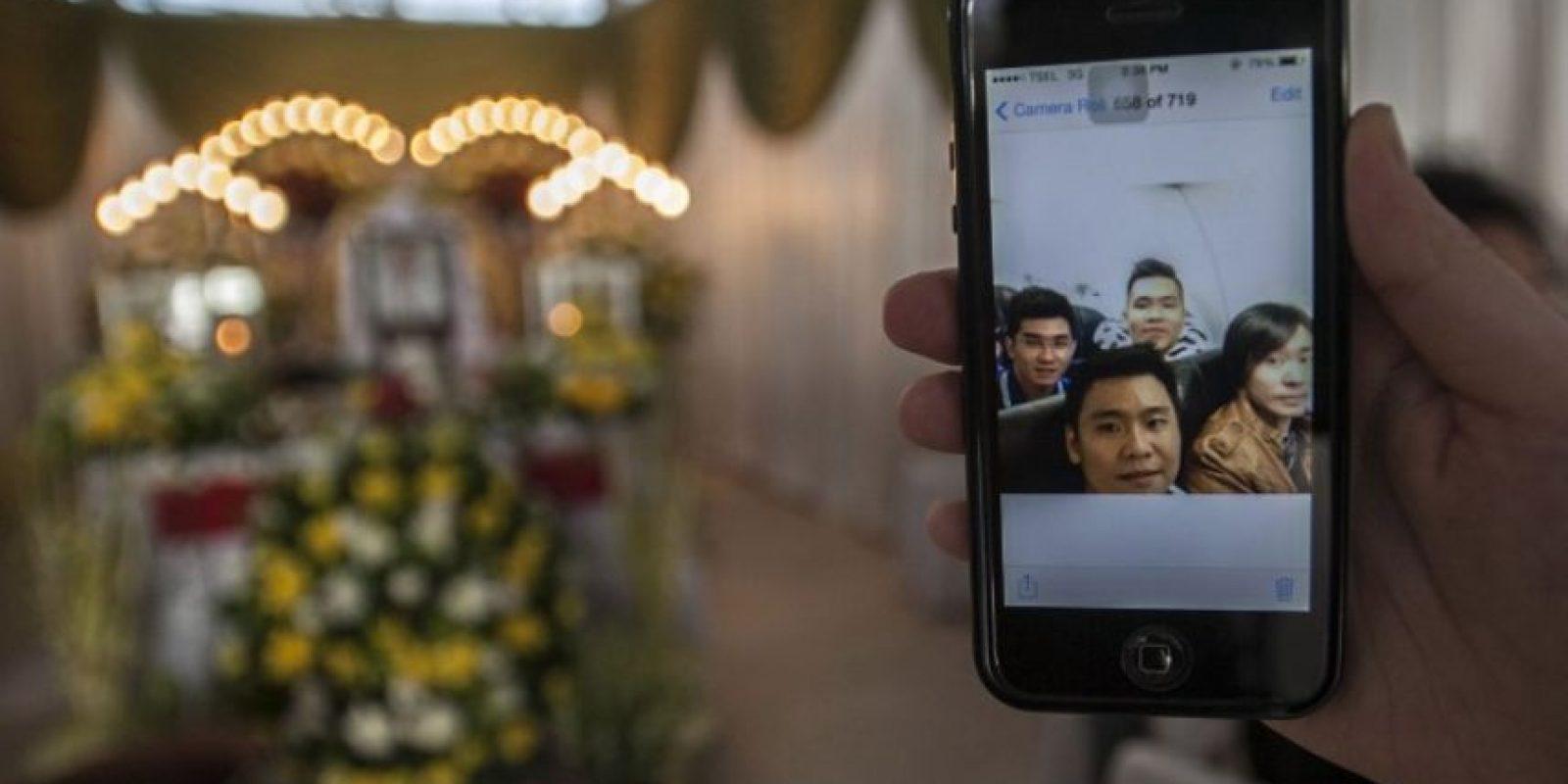 La última selfie de los tripulantes del vuelo QZ851 de AirAsia, que se accidentó el 28 de diciembre de 2014 Foto:AFP