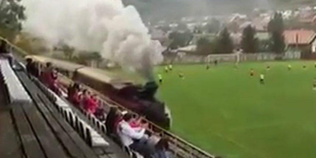 Video. Un tren pasa por una cancha de futbol en pleno partido