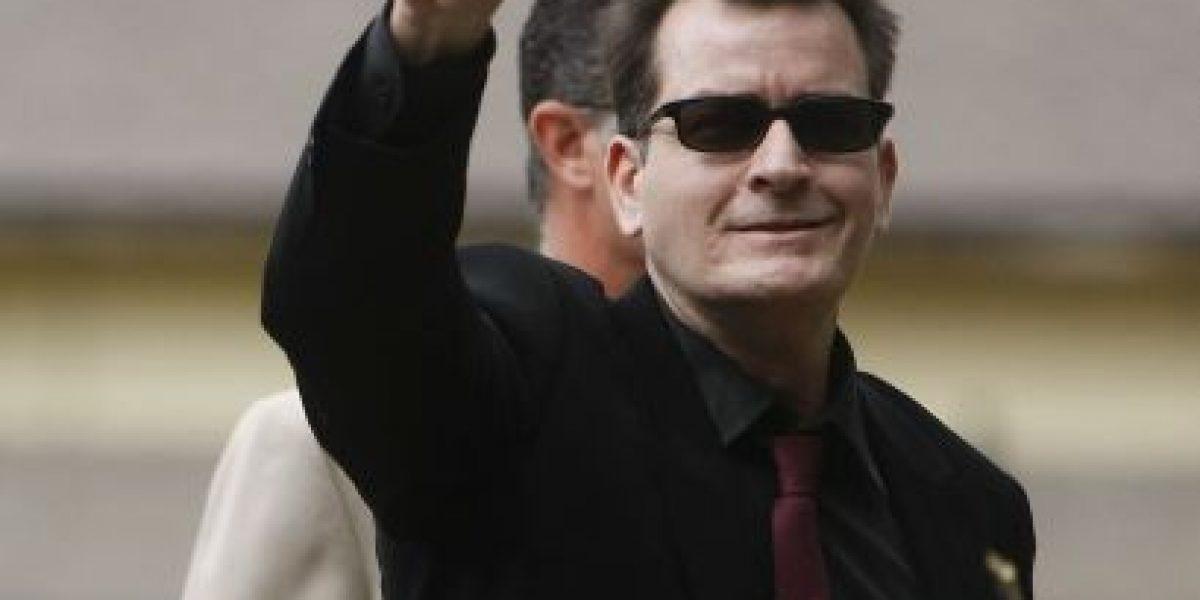 Expulsan por la fuerza a Charlie Sheen de un bar tras agredir a mujer