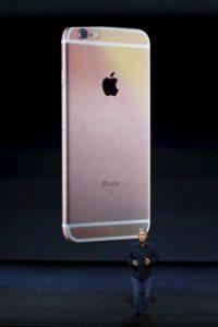 El iPhone color oro rosado ha causado sensación entre el público femenino, pero también en algunos hombres. Ahora los usuarios pueden escoger entre gris espacial, plateado, dorado y el oro rosado. Foto:Getty Images