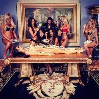 Sus fiestas están rodeadas de provocativas modelos. Foto:Instagram/candyshopmansion