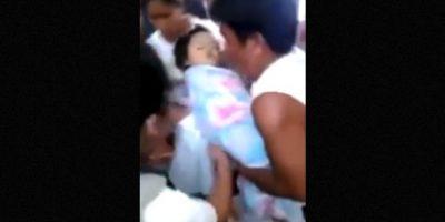 La niña se encontraba dentro de su ataúd, hasta que un familiar lo abrió para ver sus restos y fue cuando descubrieron que la infanta movía su cabeza. Foto:YouTube – Archivo