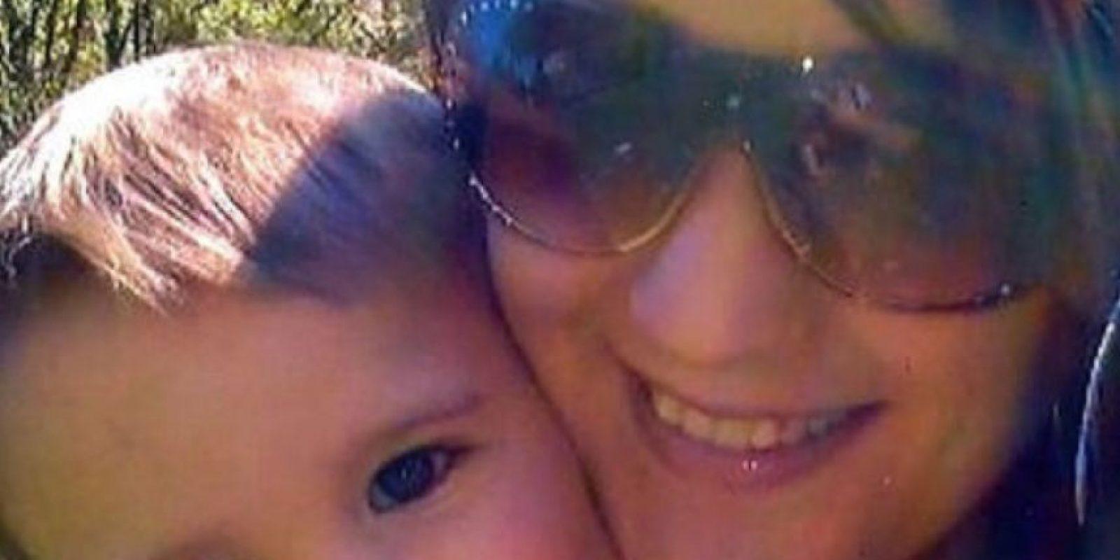 Claire Barnett hizo caso omiso a las advertencias y puso una alberca afuera en la que se terminó ahogando su hijo de dos años. Foto:vía Facebook