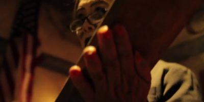 Cadáveres colgantes y ganchos llenos de sangre forman parte de la escenografía. Foto:Vía Youtube 17thDoor Haunt Experience
