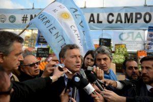 Mauricio Macri se ha mostrado acompañado de otros políticos locales Foto:AFP
