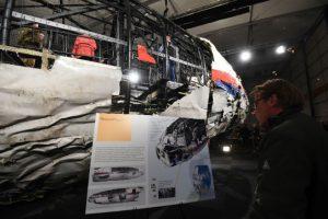 El informe técnico sobre las causas de la caída del vuelo MH17 de Malaysia Airlines ofrece muchas respuestas y dudad a la vez. Foto:AFP