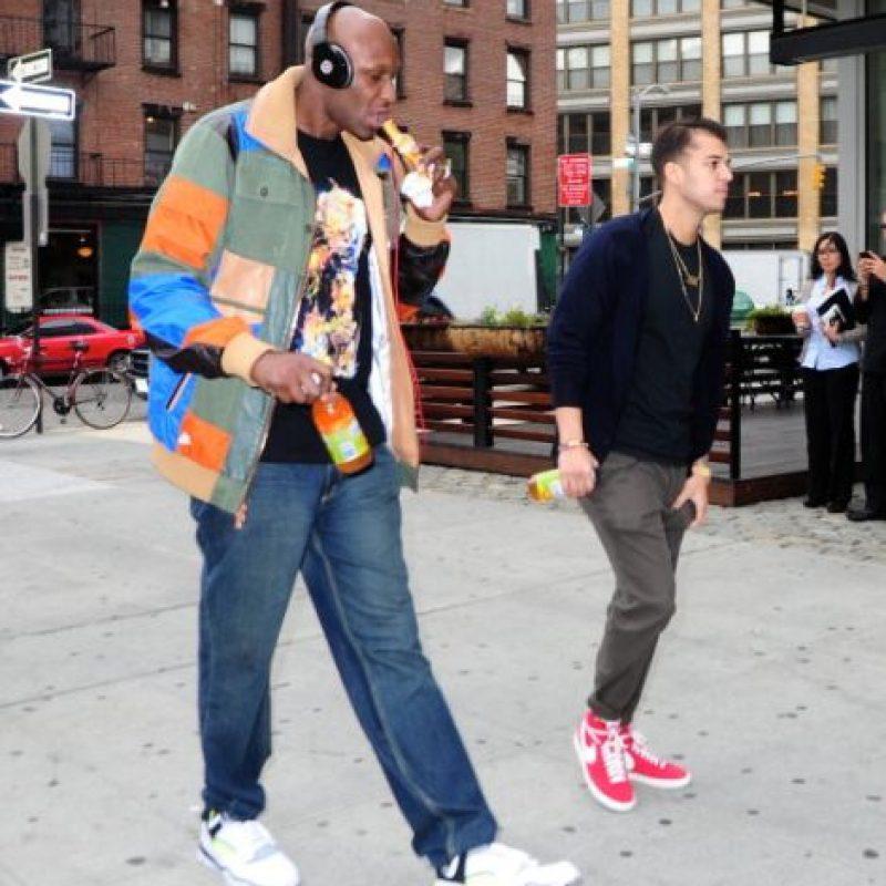 En medio del escándalo de su divorcio con Khloe Kardashian, el basquetbolista fue perseguido por los paparazzis en Los Ángeles y el se vengó destruyendo el equipo fotográfico de los fotorreporteros. Foto:Getty Images