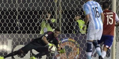 """Paraguay tuvo muchas oportunidades para liquidar a Argentina, pero el """"Chiquito"""" Romero lo evitó. Tuvo varias atajadas importantes y fue de los pocos jugadores argentinos que cumplió. Foto:AFP"""