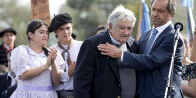 """Daniel Scioli se hace acompañar de presidentes y exmandatarios de la región. Aquí con José """"Pepe"""" Mujica, expresidente de Uruguay Foto:AP"""