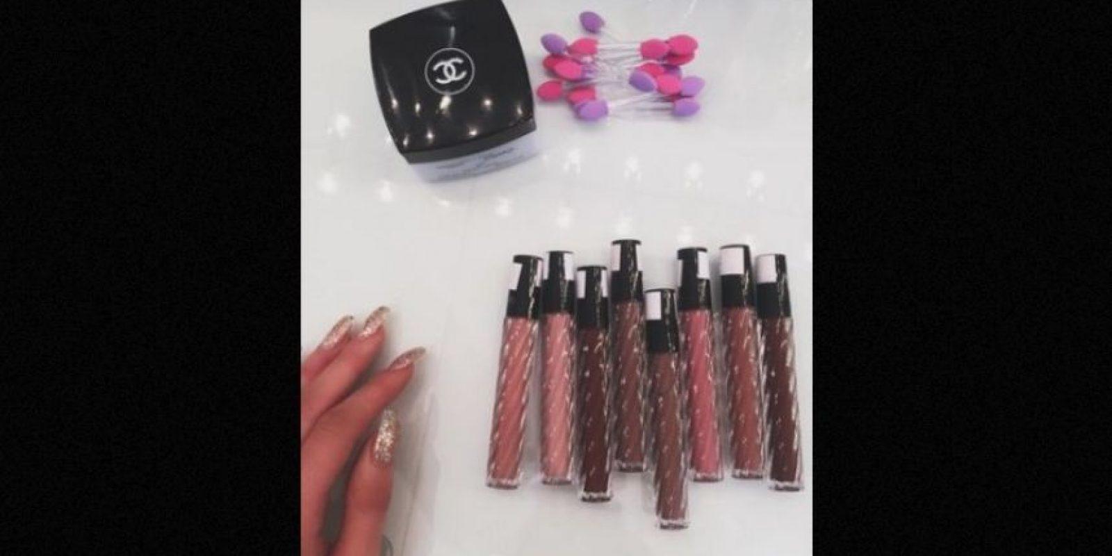 """""""NARS"""" es su marca favorita para el blush, para maquillar sus ojos y cejas acude con Anastasia Soare, quien tiene su propia línea de productos llamada """"Anastasia Beverly Hills"""", un tono amarillo de polvo """"Bobbi Brown"""" lo utiliza para iluminar todo su rostro y con el """"Kardashian bronzer"""" da forma a su mentón. Foto:Instagram/KylieJenner"""
