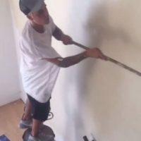 """""""Para la gente que cree que tomé el rodillo para simular que estoy pintando"""", escribió junto a uno de los videos en el que se le ve pintando paredes. Foto:Instagram/JustinBieber"""