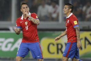 El delantero chileno sigue encendido. Marcó un doblete y además, ayudó arrastrando la marca de los peruanos para que sus compañeros hicieran lo suyo al ataque. Foto:AP