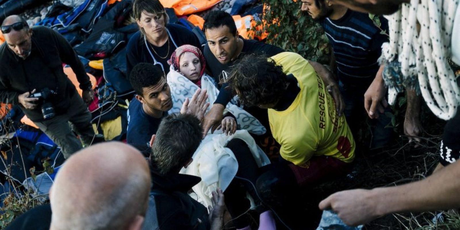 Paramédicos y voluntarios ayudaron a trasladar a la mujer a un sitio más seguro. Foto:AFP