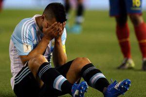 """El """"Kun"""" se fue lesionado al minuto 23′ del duelo entre Argentina y Ecuador y tuvo que ser reemplazado por Carlos Tévez. El saldo: desgarro en el bíceps femoral de la pierna izquierda. Foto:Getty Images"""