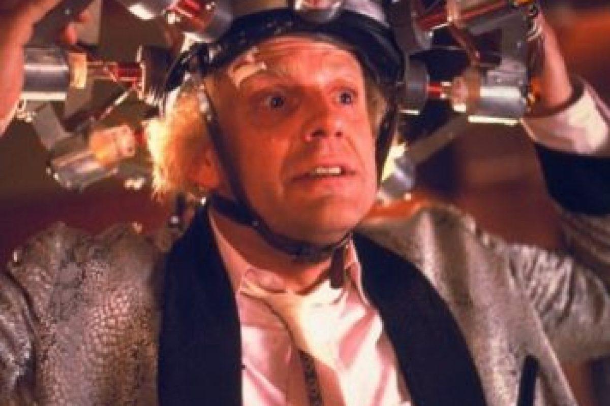 """Interpretó al """"Dr. Emmet Brown"""", quien inventó la máquina del tiempo luego de golpearse la cabeza con el inodoro y alucinar el diseño del condensador de flujo Foto:IMDB"""