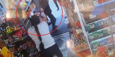 Video: Adolescentes intentaron robar con rifle de juguete y los echaron a escobazos