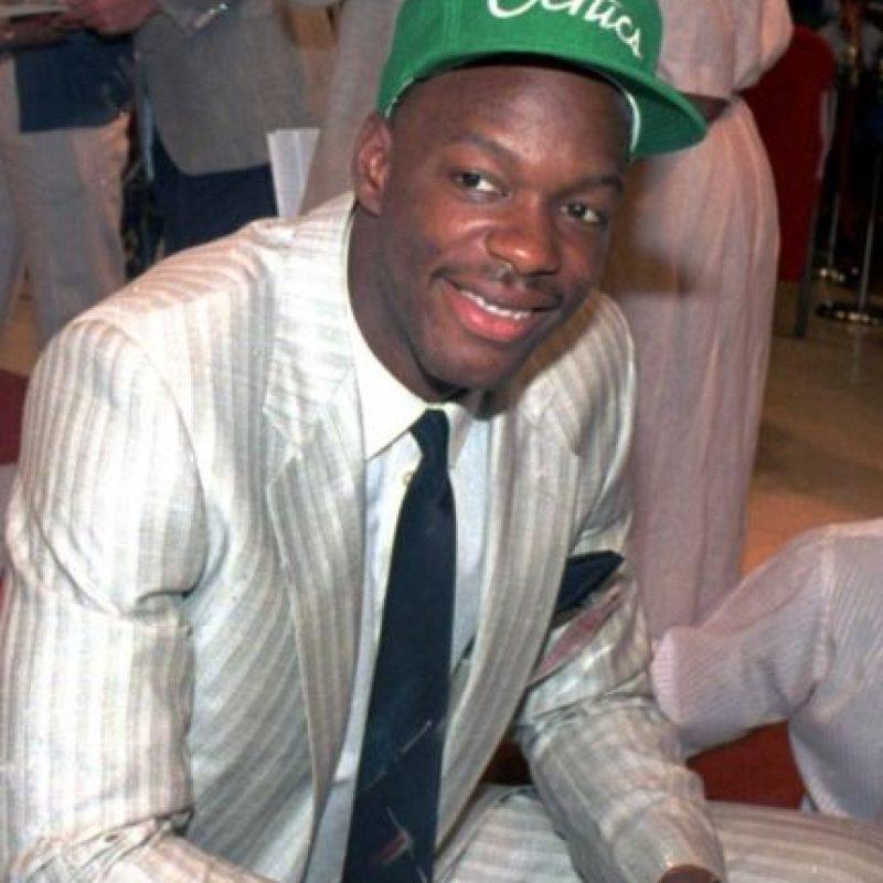 La noche del 18 al 19 de septiembre de ese año festejó con sus amigos que sería nuevo elemento de los Celtics de Boston, pero ese mismo día falleció por una sobredosis de cocaína. Foto:Twitter: @alfonsoslozano