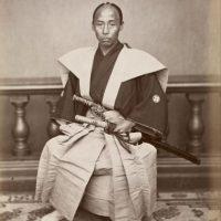 """Entre sus armas de combate, las más popular y conocida es la """"katana"""", de uso exclusivo de los samurai. También usaban otro tipo de espadas, lanzas y después del siglo XVI usaron cañones gracias al invento de la pólvora. Foto:Wikimedia"""