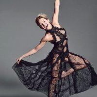 """Y con un vestido color negro, la actriz posó sensualmente para la revista """"Allure"""". Foto:Revista """"Allure"""""""