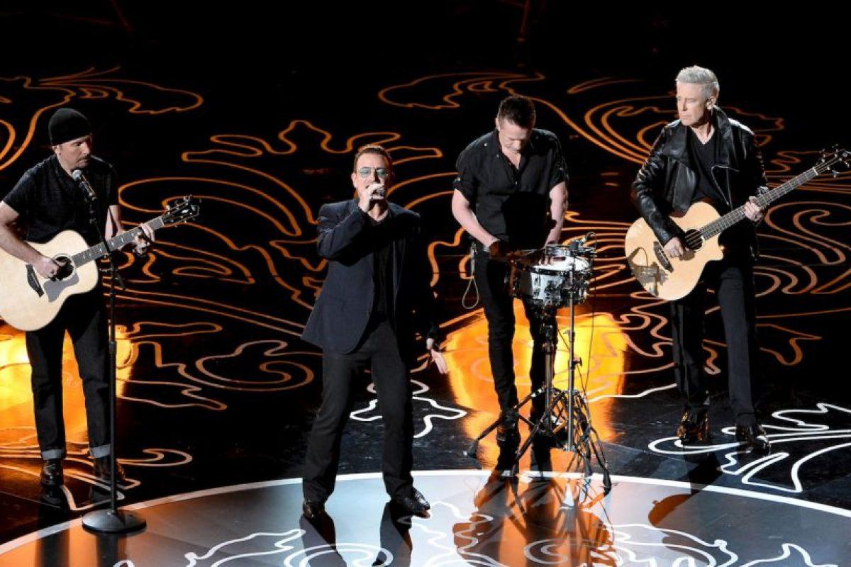 """""""Creo que la señora quiere que te bajes"""", dijo Bono, el vocalista de la banda, entre risas. Foto:Getty Images"""