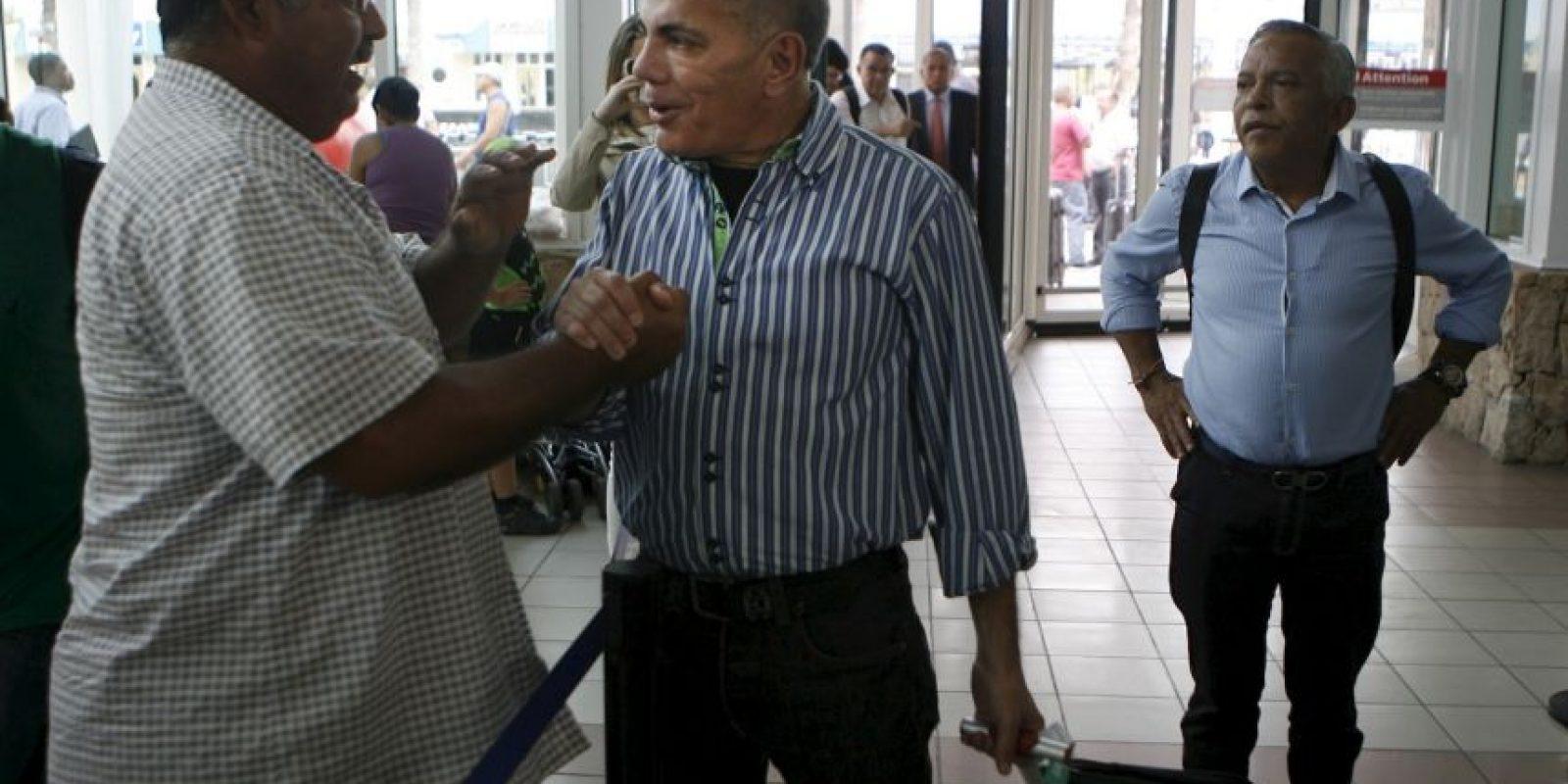 Manuel Rosales, político opositor, fue detenido por las autoridades de Venezuela luego de llegar en avión al país. Foto:AP