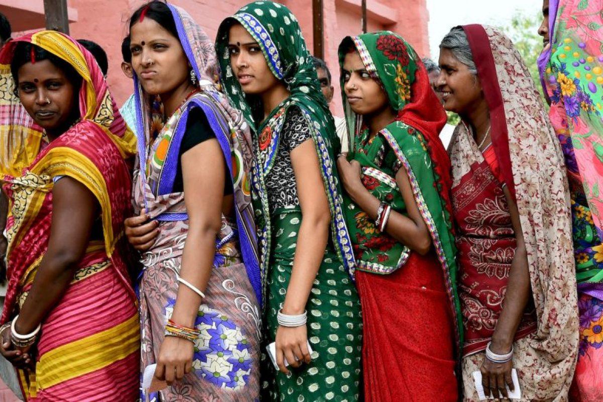 Votantes hacen fila en India para ejercer su derecho. Foto:AFP