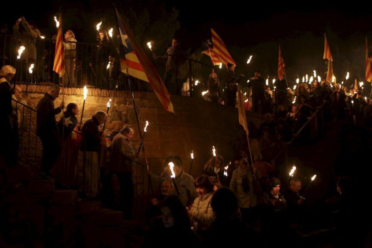 Marcha con antorchas durante una ceremonia que conmemora el 75 aniversario de la muerte del expresidente catalán Lluís Companys en el Castillo de Montjuic en Barcelona. Foto:AFP