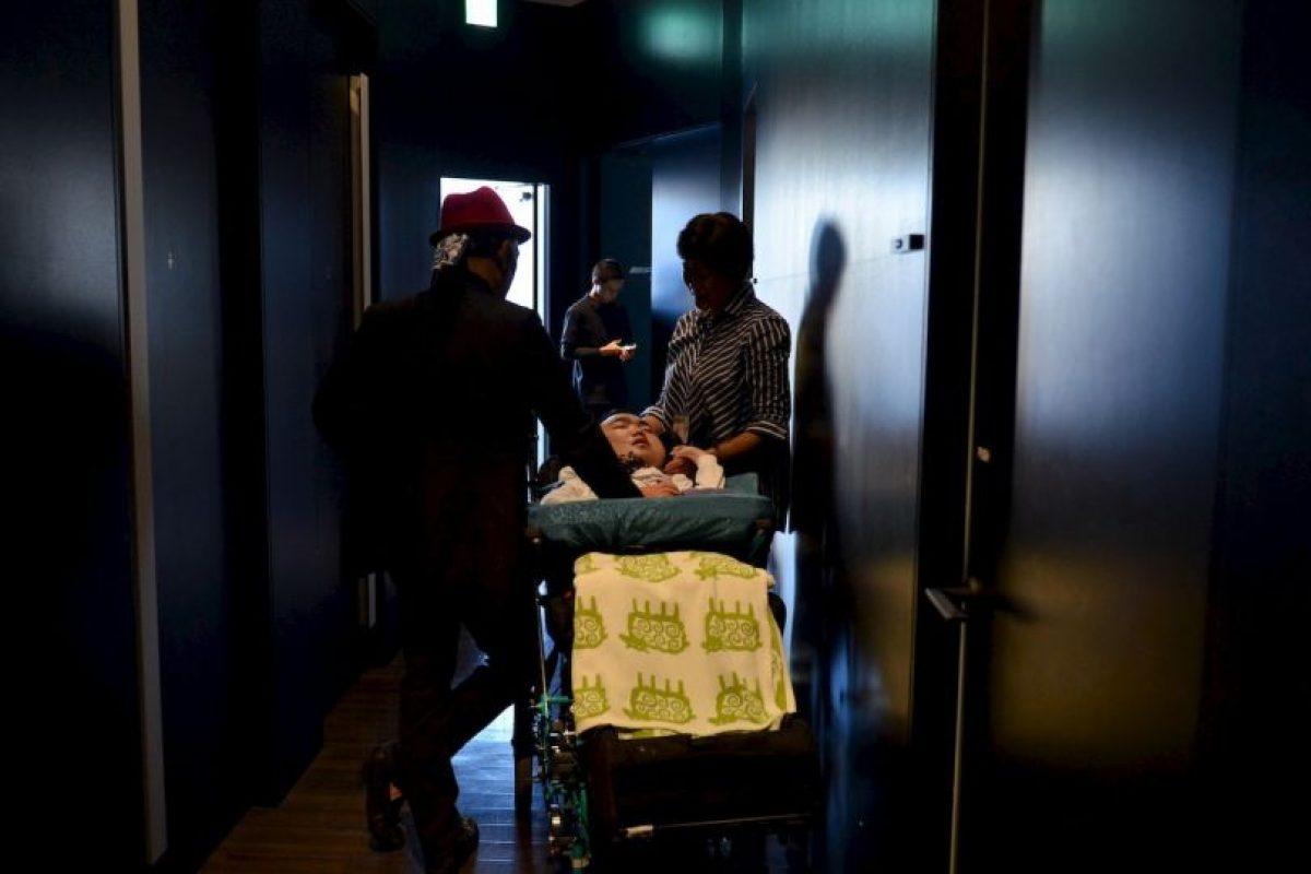 """Taichiro Inote, paciente mucopolisacaridosis, espera a que un ensayo general antes de participar en el diseñador japonés """"Tenbo"""" 2016 . Foto:AFP"""